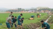 Dân quân huyện Nghĩa Đàn giúp vùng đồng bào có đạo làm giao thông
