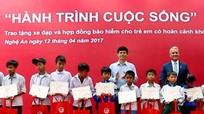 Trao tặng 250 chiếc xe đạp cho học sinh nghèo hiếu học Nghệ An
