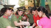 Thanh niên Công an Nghệ An phát 300 suất cháo cho bệnh nhân nghèo