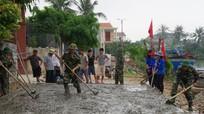Ban CHQS huyện Quỳnh Lưu giúp giáo dân Song Ngọc làm đường giao thông