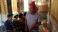 Thầy mo người Mông Nghệ An làm lễ cúng, trả công bằng thịt lợn
