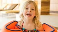 Trẻ học bơi mùa hè: Dè chừng phao tay có thể gây ung thư