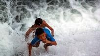 Trẻ em đánh cược với tử thần trên đập Phà Lài