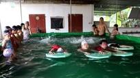 Gần 100% học sinh lớp 5 một trường tiểu học miền núi được dạy bơi