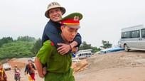 Chiến sỹ công an cõng người tàn tật lên chùa