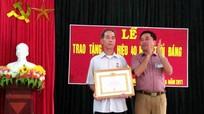 Trao tặng Huy hiệu 40 tuổi Đảng cho đảng viên lão thành