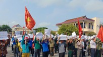 Thanh niên Quỳnh Lưu mít tinh phản đối linh mục Đặng Hữu Nam