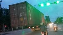 Kinh hoàng cảnh xe container 'làm xiếc' trên đường
