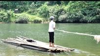 Cậu học sinh hàng ngày vượt sông bằng bè nứa đến lớp