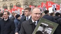 Ông Putin mang theo hình thân phụ tham gia 'Trung đoàn bất tử'