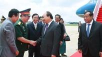 Thủ tướng đến Phnom Penh dự Diễn đàn Kinh tế thế giới về ASEAN