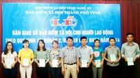 TP Vinh: Bàn giao sổ bảo hiểm cho 40 lao động