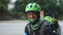 Phượt thủ Singapore đi xuyên Việt bằng ván trượt đã đến Nghệ An