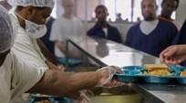 Đầu bếp nhà tù bị sa thải vì quan hệ với phạm nhân
