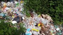 Rác thải sinh hoạt, rác y tế ngập suối