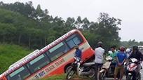 Xe buýt lao xuống vệ đường, hành khách hoảng loạn