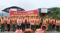 Cảnh sát giao thông đường thuỷ trao tặng áo phao và phao cứu sinh tại các bến đò