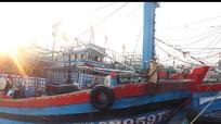 Tàu cá chết máy, 18 ngư dân lênh đênh 2 ngày trên biển