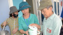 Người dân góp tiền nấu cháo tình thương tại bệnh viện