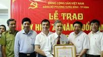 Chủ tịch UBND tỉnh trao tặng Huy hiệu 70 năm tuổi Đảng cho đồng chí Phan Khuyên
