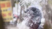 Cần mạnh tay xử phạt người hút thuốc lá nơi công cộng