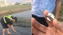 Nhân viên khổ sở tìm nhẫn kim cương khách đánh rơi xuống toilet máy bay