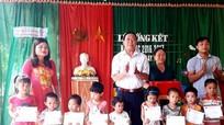 Quỳ Hợp trao 10 suất quà cho trẻ mồ côi