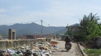 Rác 'bao vây' đê biển Quỳnh Phương