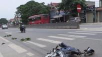 Va chạm giữa hai xe máy, cụ ông gãy chân, ba người nhập viện