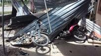 Mái tầng 3 bưu điện đổ sập đè nát 2 xe máy