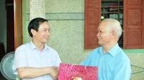 Lãnh đạo Báo Nghệ An thăm, tặng quà cán bộ nghỉ hưu