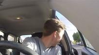 Mở cửa ô tô 'kiểu Hà Lan' để tránh gây tai nạn cho xe máy