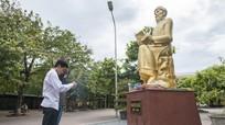 Nhiều thí sinh đến dâng hương trước tượng cụ Phan Bội Châu để cầu may