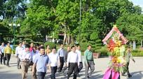 Đoàn công tác Mặt trận Xiêng Khoảng dâng hoa tại Khu di tích Kim Liên
