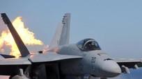 Bảo dưỡng F-18, hai lính Mỹ thành đuốc sống