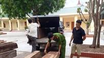 Bắt giữ xe bán tải chở gỗ lậu