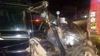 Xe 7 chỗ tông đuôi xe khách đang dừng, 3 người nhập viện