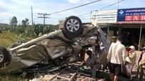 Xe 4 chỗ bị tàu hỏa đâm nát vụn, 2 người tử vong tại chỗ