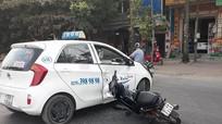 Xe máy đâm taxi, một người bị thương nặng
