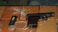 Bị vây bắt, đối tượng ôm 10 bánh heroin rút súng bắn cảnh sát