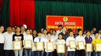 Trao thưởng cho gần 50 học sinh vượt khó học giỏi