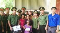 Công an tỉnh thăm, tặng quà vợ liệt sỹ nhà báo Lê Văn Luyện