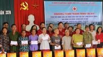Trao tặng quà, bò sinh sản cho hộ nghèo ở Đô Lương
