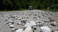 Nạn xe tải làm rơi vãi đá xuống Quốc lộ 7A