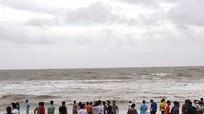 Nghệ An: Du khách vẫn liều mình tắm biển sau bão