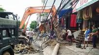 Điện lực Đô Lương tập trung khắc phục 250 cột điện gãy đổ sau bão số 2