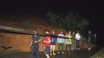 Sạt lở làm gãy 2 cột điện cao thế gây tắc Quốc lộ 16 ở Quế Phong