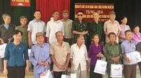 Đảng ủy Khối Doanh nghiệp tặng quà gia đình chính sách