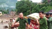 Công an, Bộ đội biên phòng ở Kỳ Sơn giúp dân chạy lũ