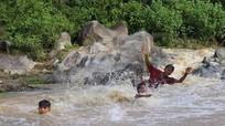 Những trò chơi gây 'choáng' của trẻ em miền núi trong dòng nước lũ